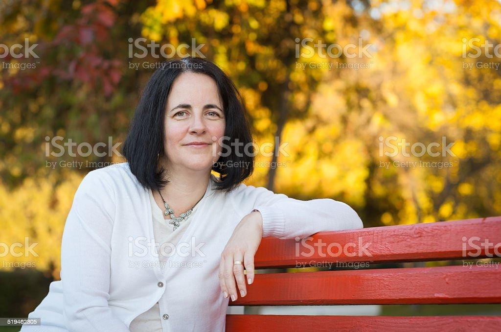 Зрелая женщина в желтом фото 736-936