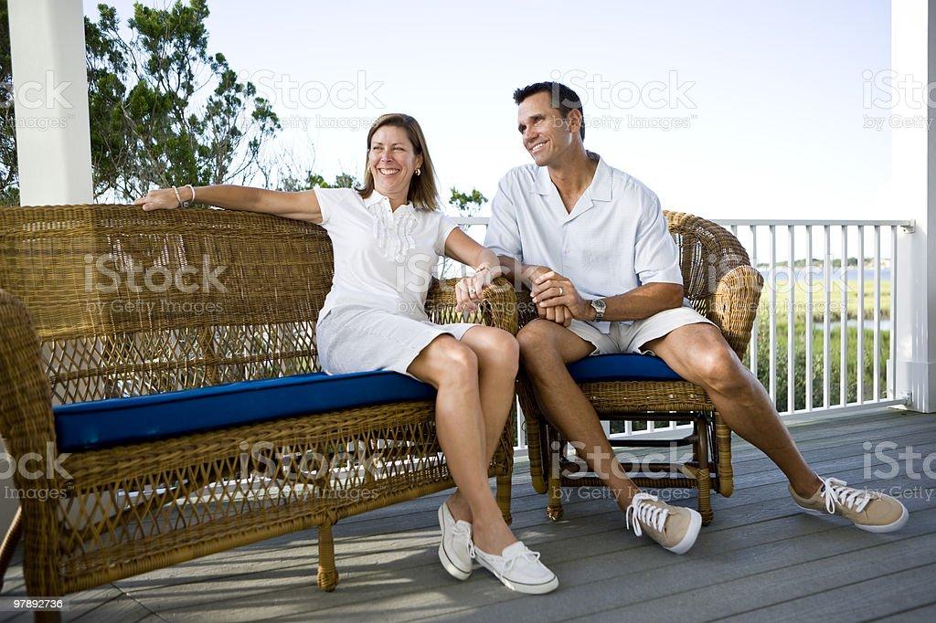 Mediados de edad feliz pareja junto en la terraza de la sala de estar foto de stock libre de derechos