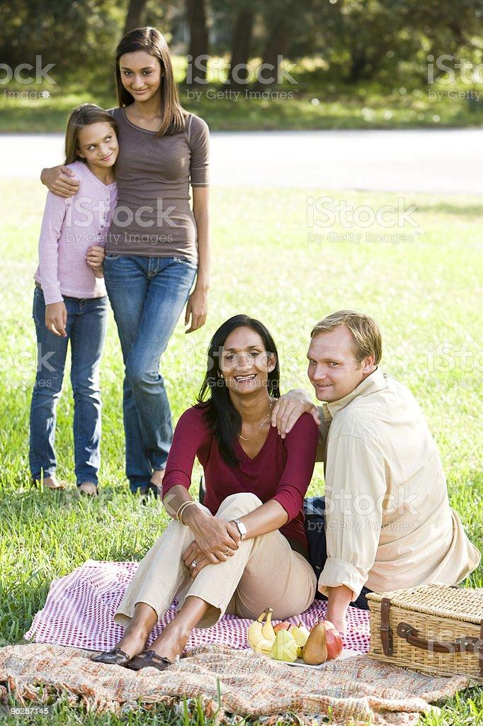Feliz familia multicultural moderna disfrutar de un picnic foto de stock libre de derechos
