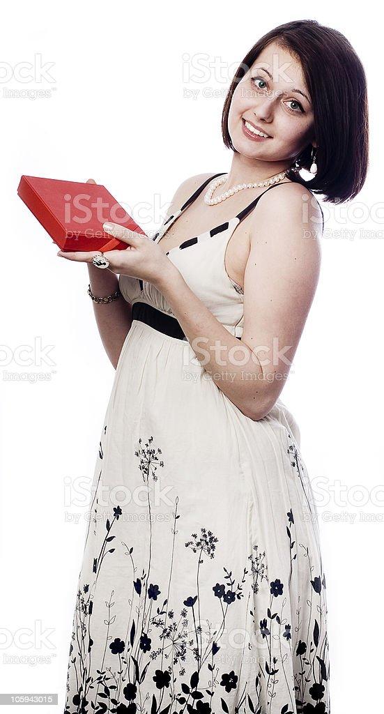 Madre feliz en vestido blanco con el presente. foto de stock libre de derechos