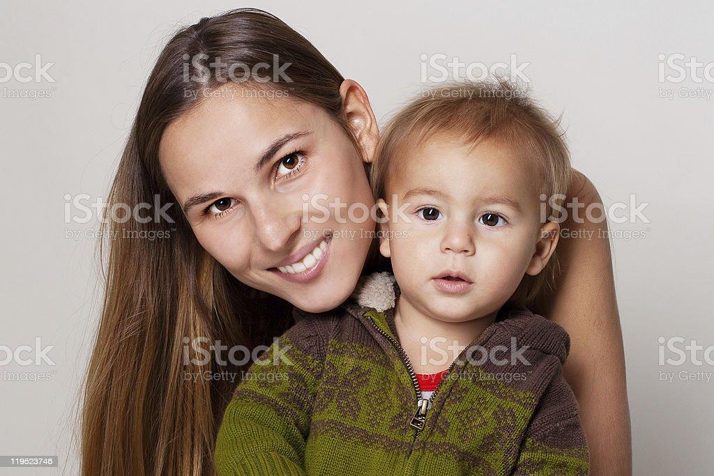 Feliz madre con el niño pequeño foto de stock libre de derechos