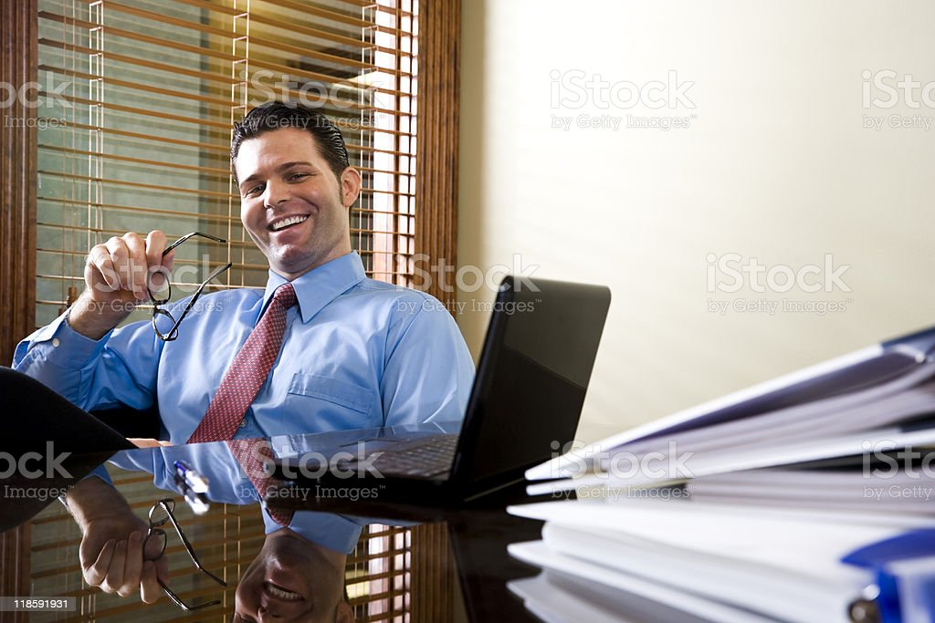 Feliz oficina trabajando en la computadora portátil foto de stock libre de derechos
