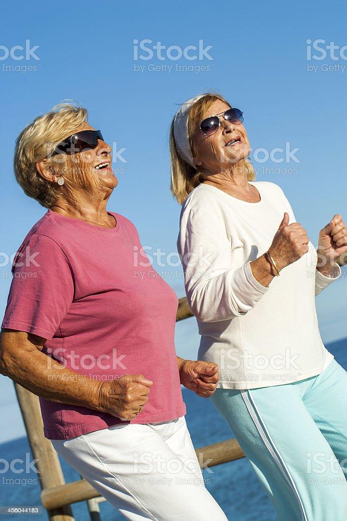 Happy senior dames jogging ensemble. photo libre de droits