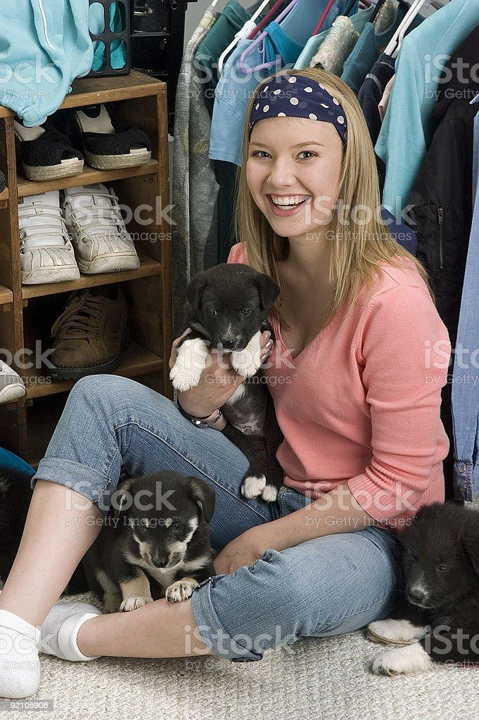 Adolescente feliz con puppies foto de stock libre de derechos