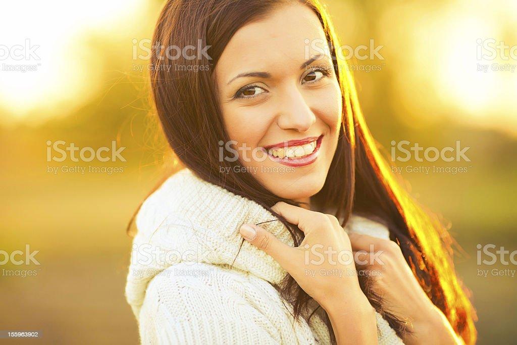 Glückliche Frau im Sonnenlicht Lizenzfreies stock-foto