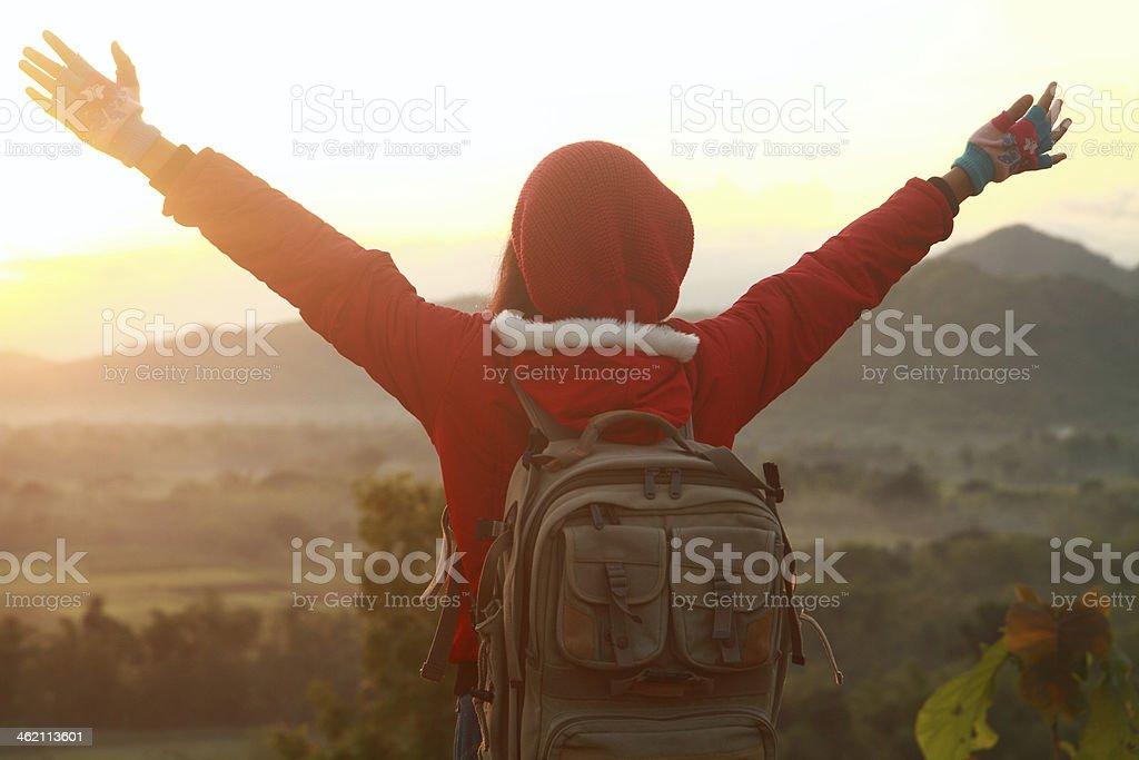 Glückliche Frau in Bergen wandern Hände Verbreitung Lizenzfreies stock-foto