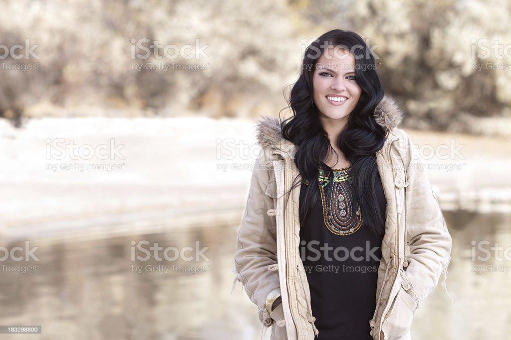 Glückliche Frau tragen Jacke – Foto
