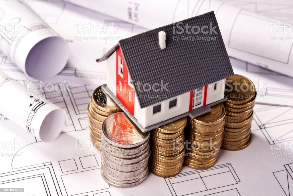 Haus auf Stapeln mit Münzen stock photo