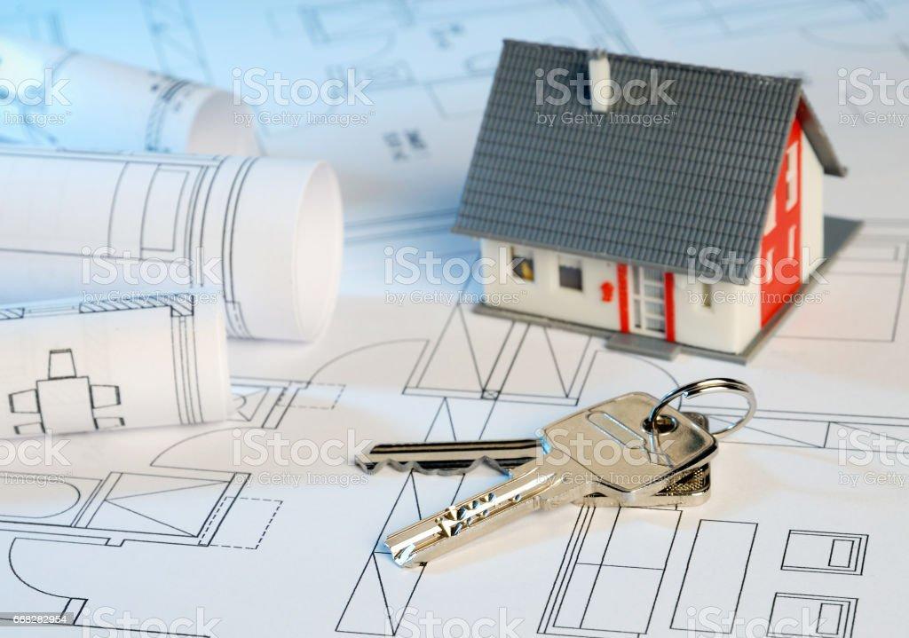 Haus mit Bauplänen und Schlüssel stock photo