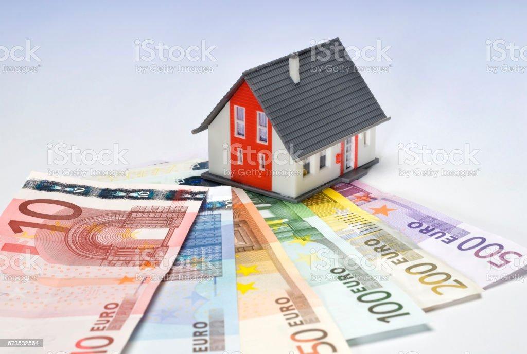 Haus und Geldscheine stock photo