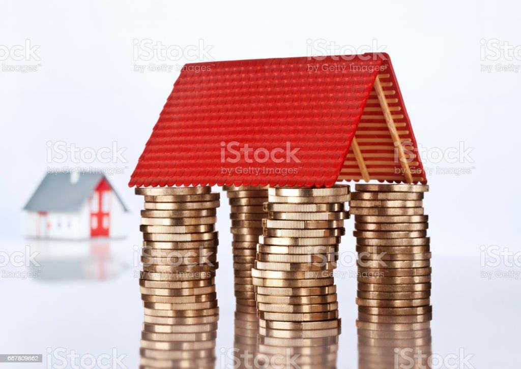 Hausdach auf Münzen stock photo