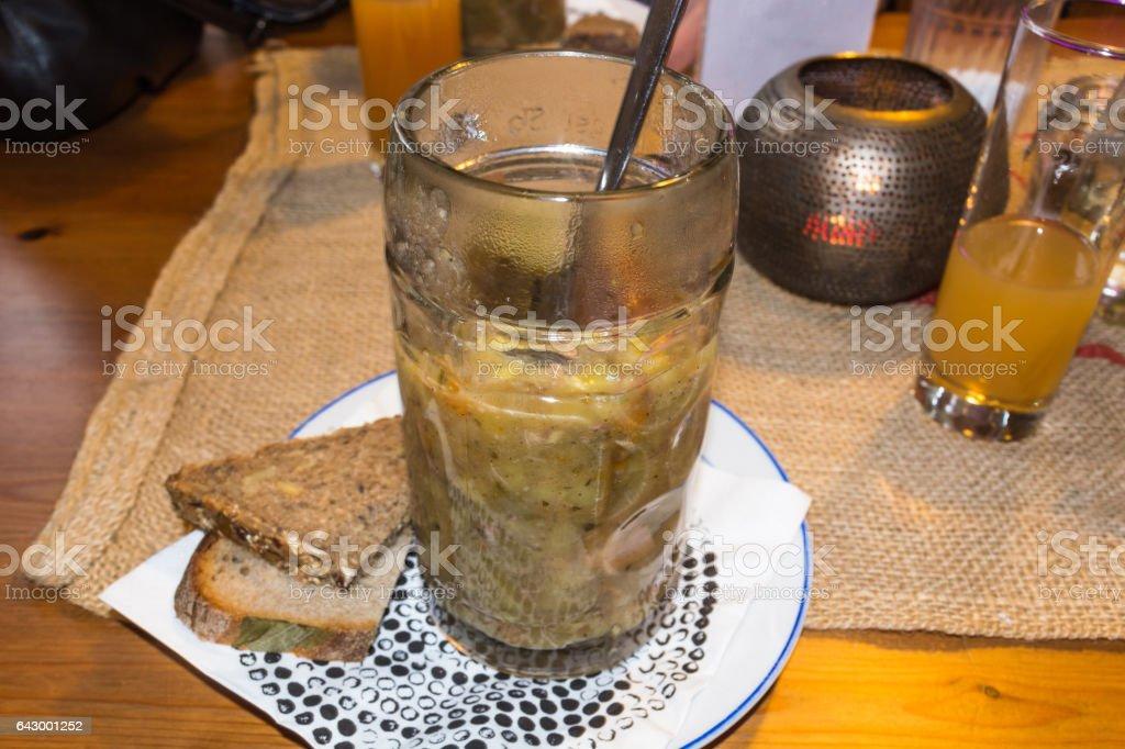Hausgemachte Kartoffelsuppe im Bierglas stock photo
