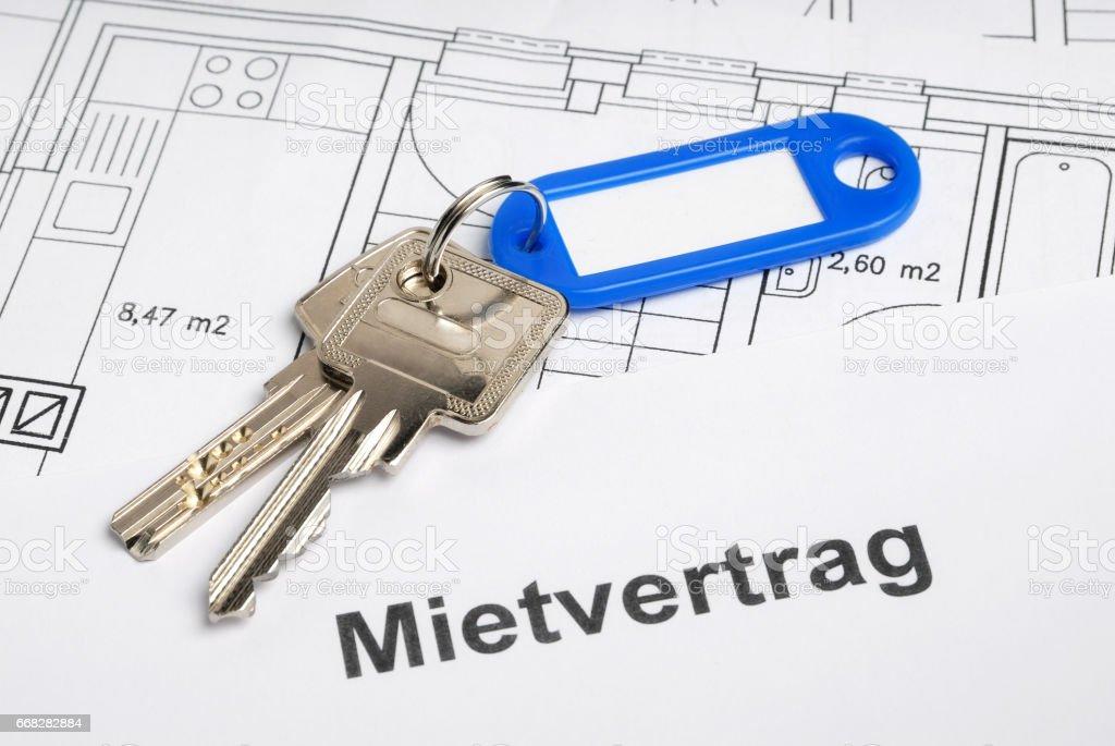 Hausschlüssel, Mietvertrag und Bauplan stock photo