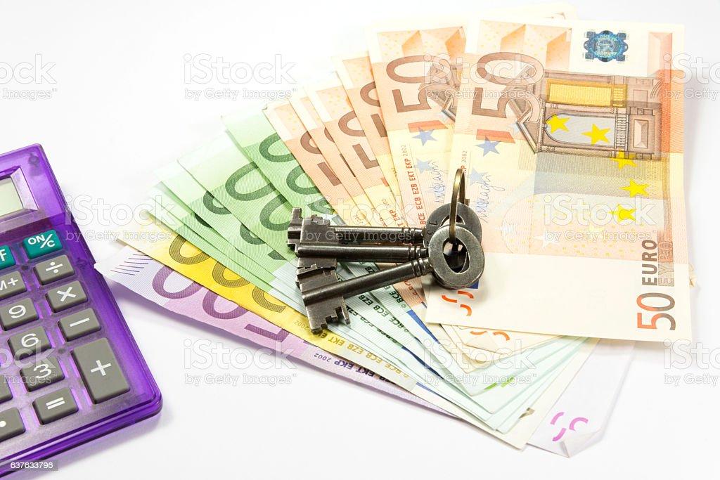 Hausschlüssel, Taschenrechner und Geld stock photo