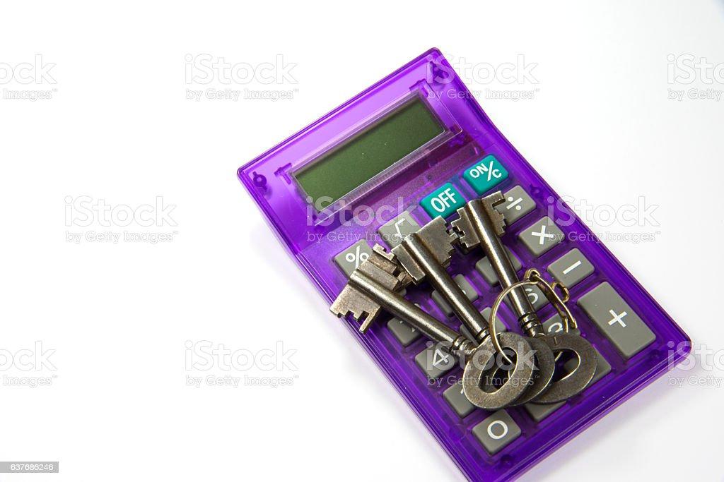 Hausschlüssel und ein Taschenrechner stock photo