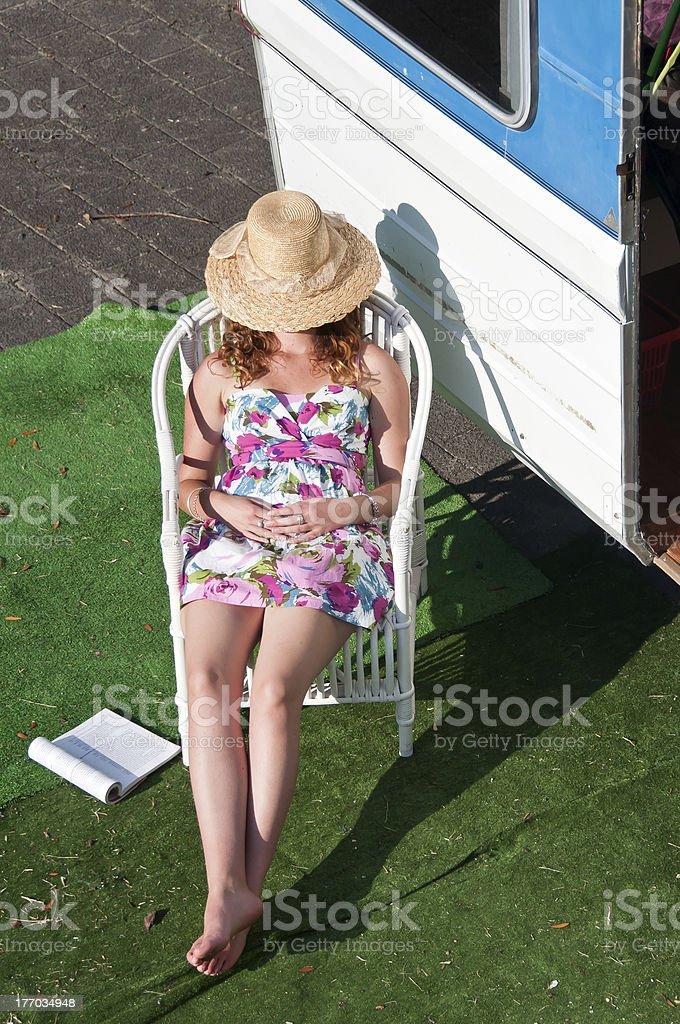 Tener una siesta mientras campamento foto de stock libre de derechos