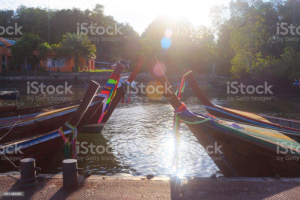 Головка длинными хвост Лодки в пристани-станция для iPod с отражений солнечного света вспышки Стоковые фото Стоковая фотография