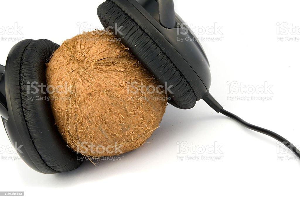 Kopfhörer auf coconut Lizenzfreies stock-foto