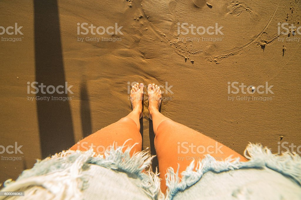 Headshot of woman's feet on sandy beach – Foto