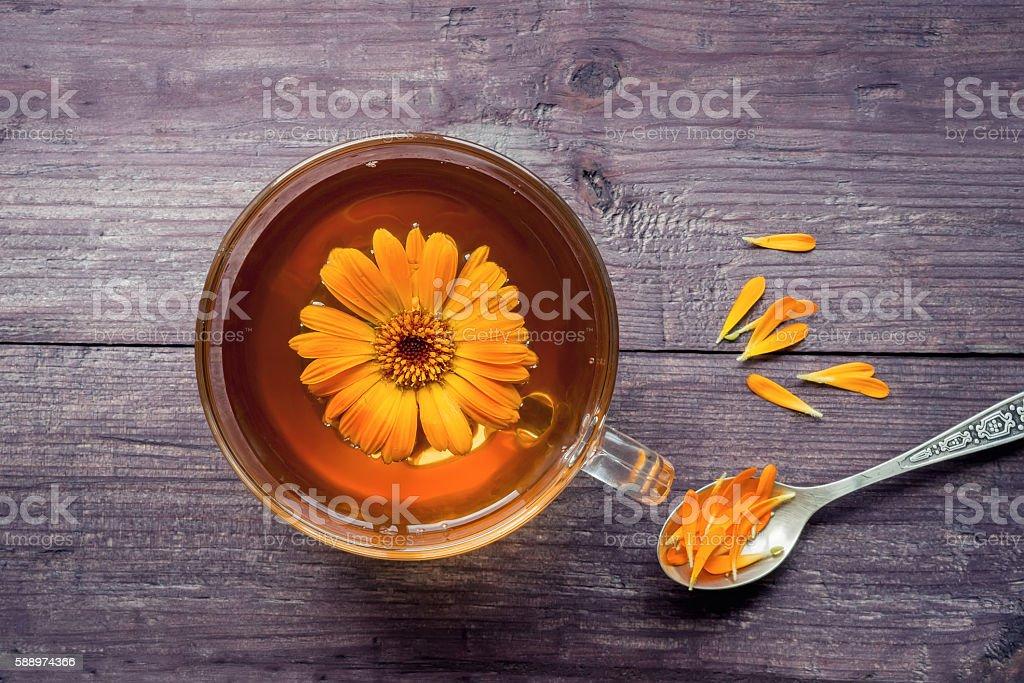 Healthy marigold (calendula) tea with petals foto de stock royalty-free