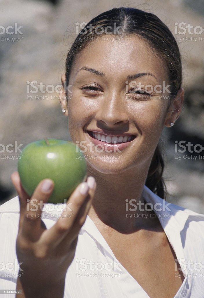 Femme avec une pomme en bonne santé photo libre de droits