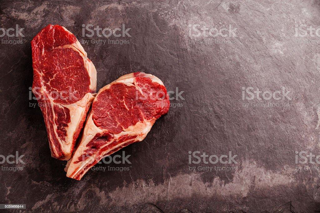 Herzform rohes Fleisch Steak am Knochen – Foto