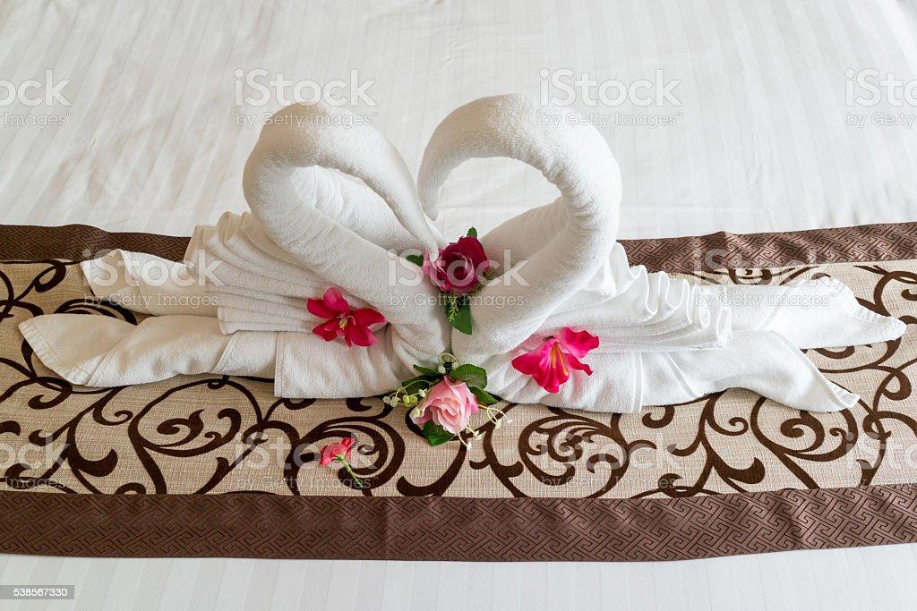 Serviette en forme de cœur, art sur le lit photo libre de droits