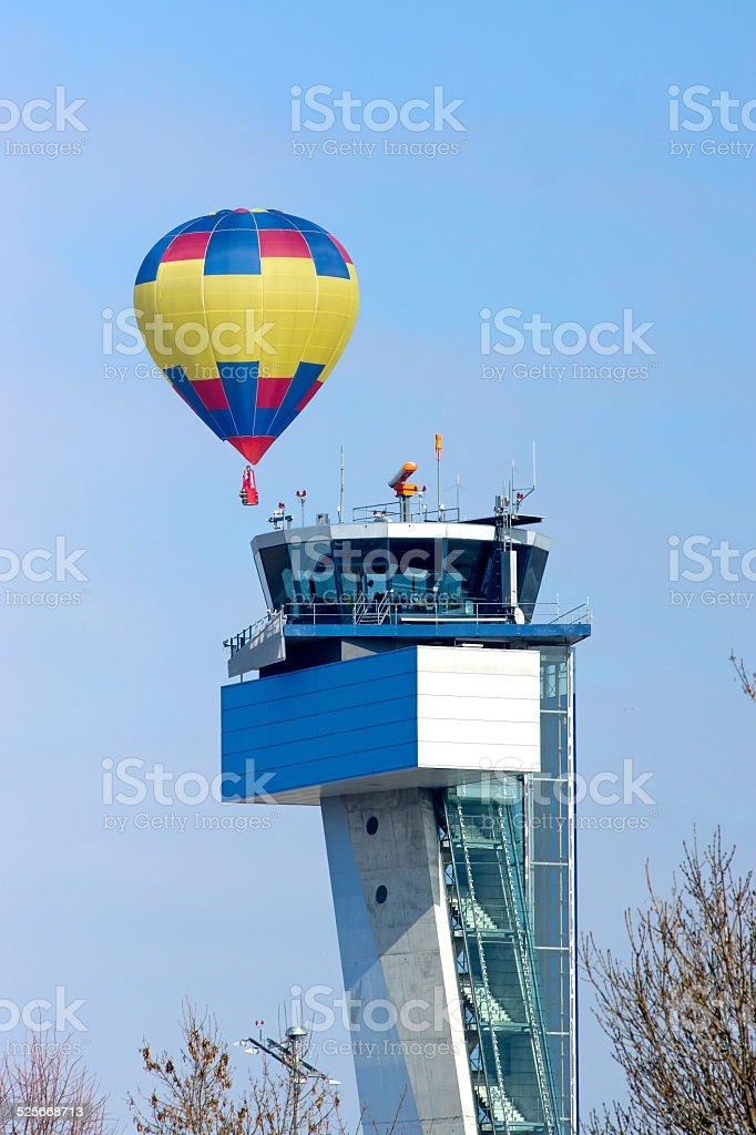 Hei?luftballon schwebt ?ber Tower stock photo