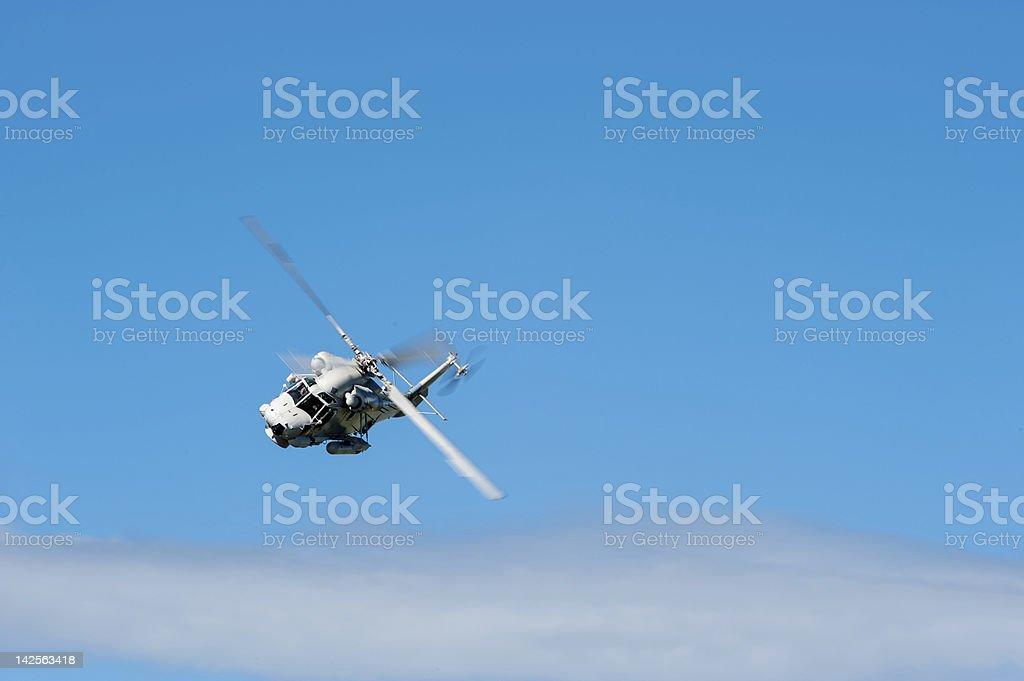 Helicóptero pasando en el cielo foto de stock libre de derechos