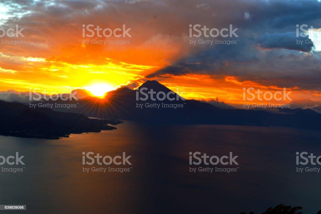 Hermoso atardecer en el lago de Atitlán stock photo