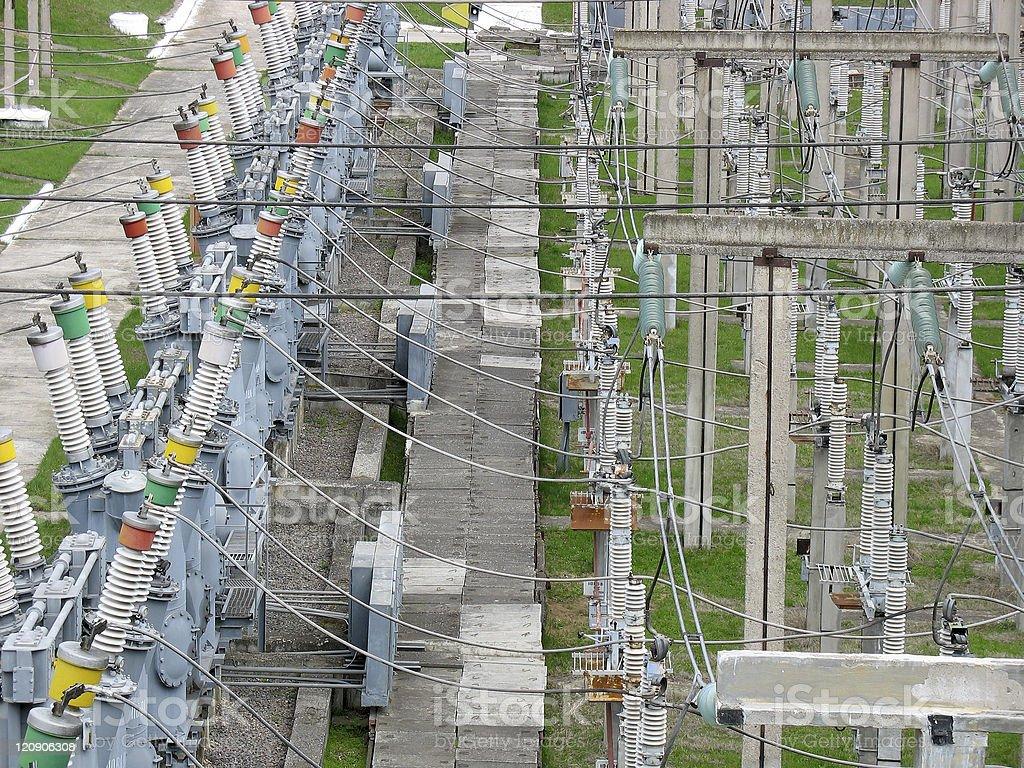 Linhas de transmissão de alta tensão na Central Elétrica foto de stock royalty-free