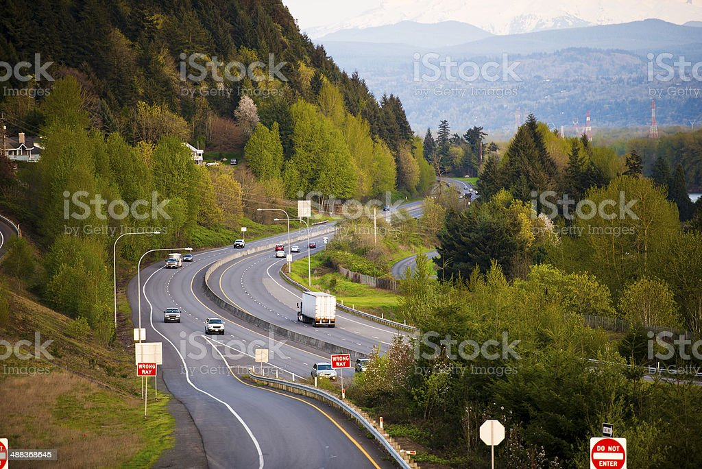 Highway passa in montagna nord-ovest di bosco foto stock royalty-free
