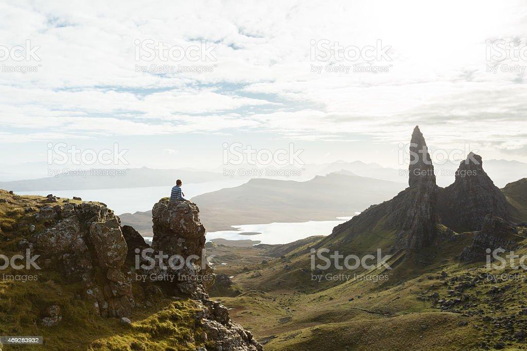 Wanderer, die in Blick auf die schottische highland-cliffs Lizenzfreies stock-foto
