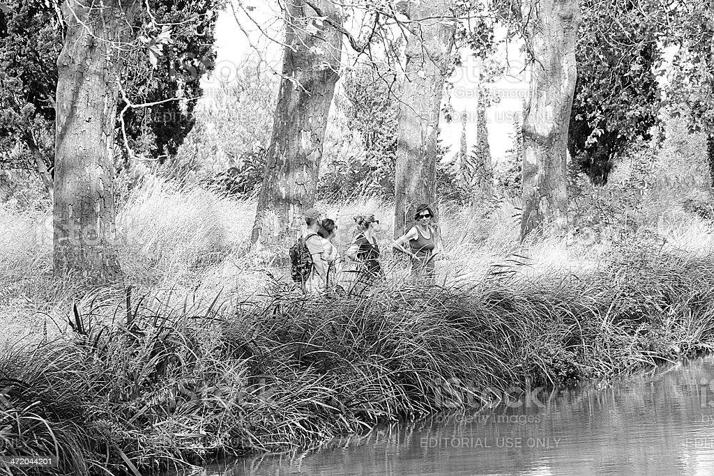 Escursionisti in un percorso, Canal du Midi foto stock royalty-free