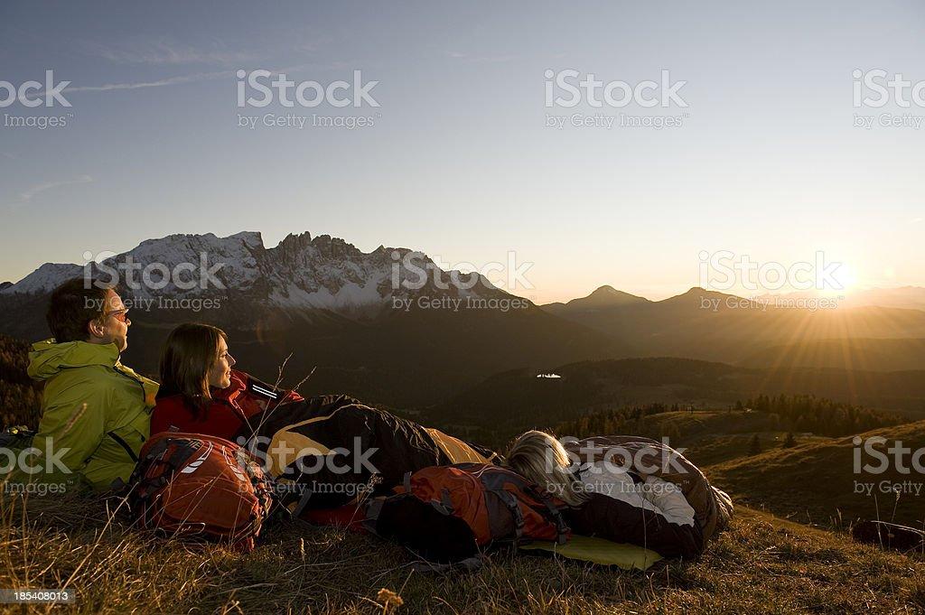 Wanderer genieen die Abendsonne stock photo
