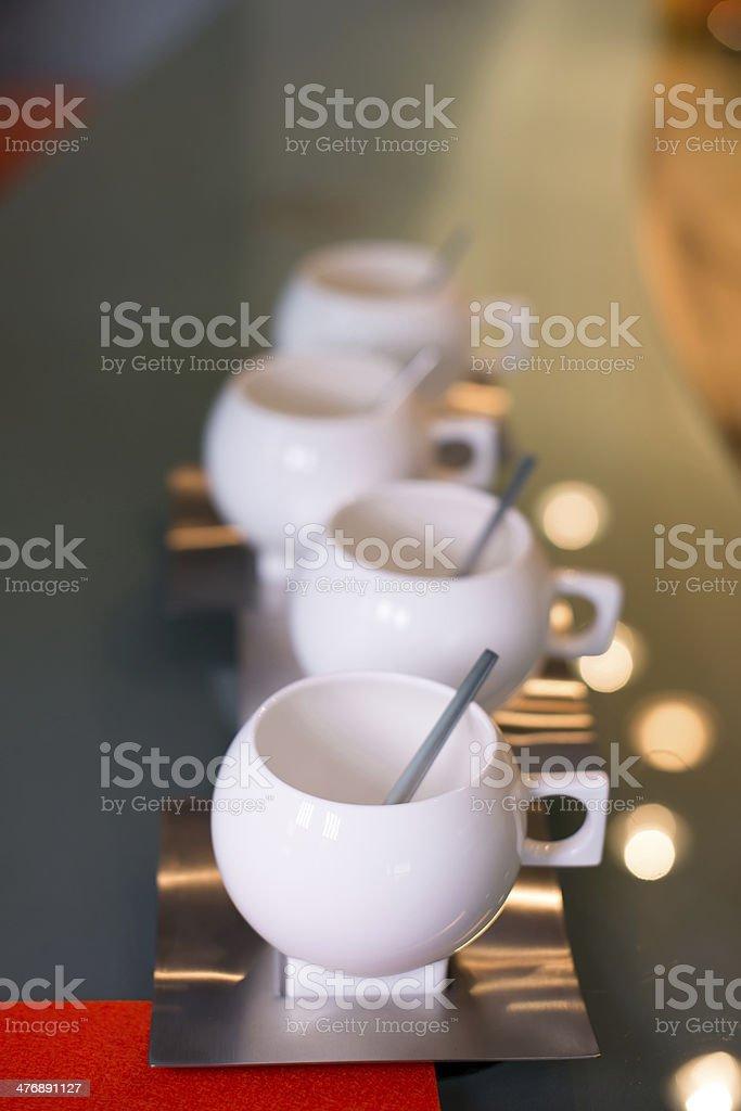 Anca moderno tazze e piattini spoons in acciaio inossidabile e foto stock royalty-free