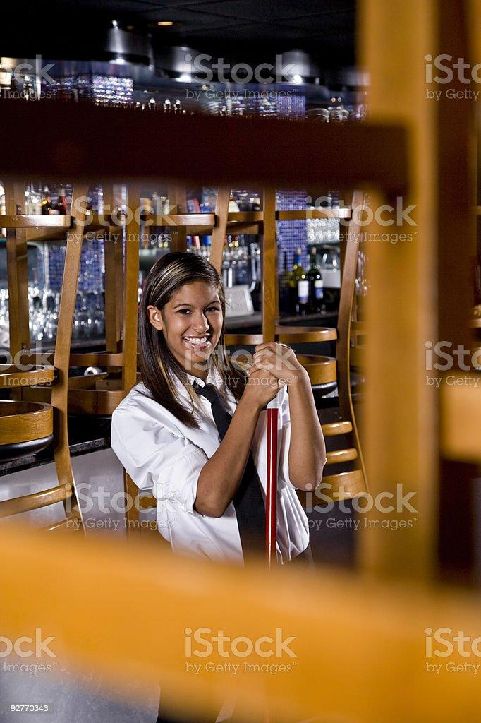 Hispanic barman una cerrado bar foto de stock libre de derechos