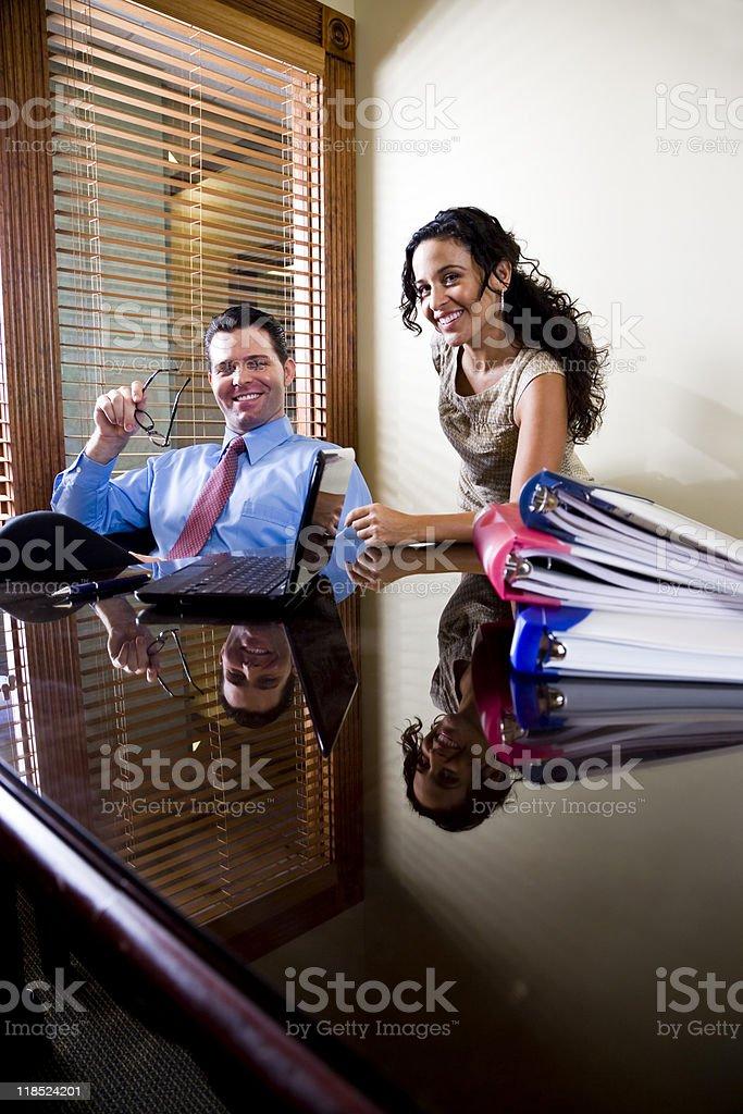 De oficina con Asistente hispano de empresario masculino foto de stock libre de derechos