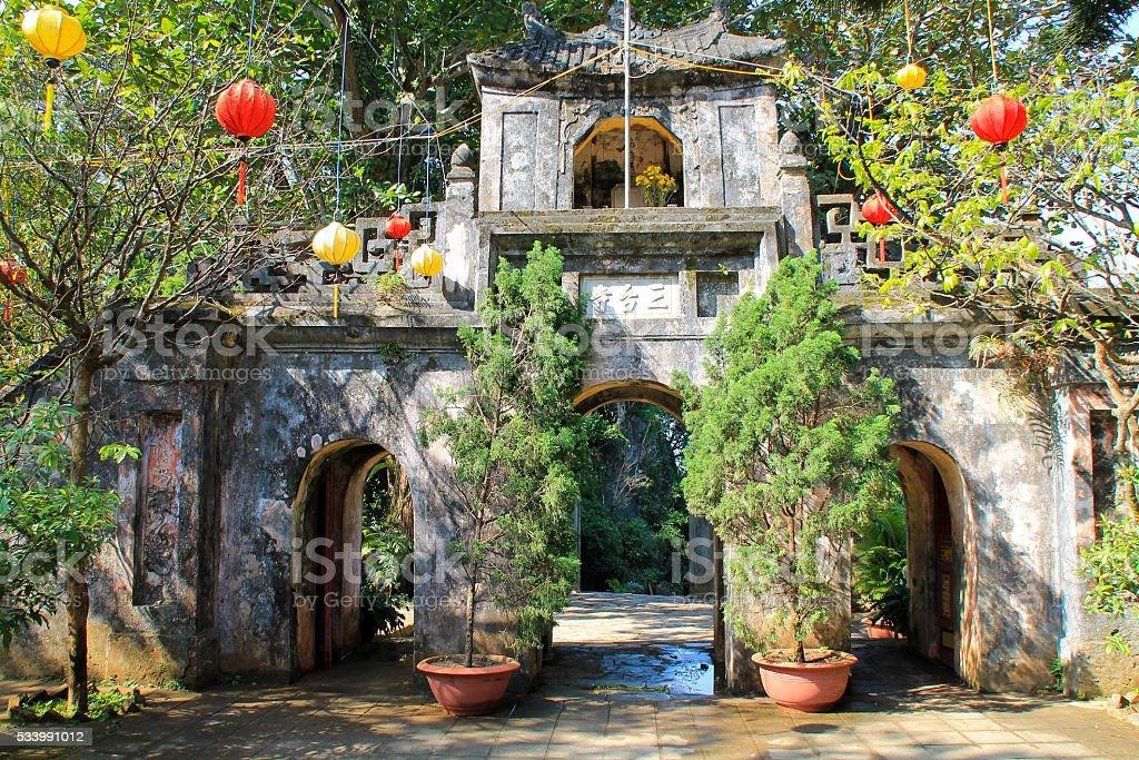 Historique chinoise entrée avec des plantes et des lanternes photo libre de droits