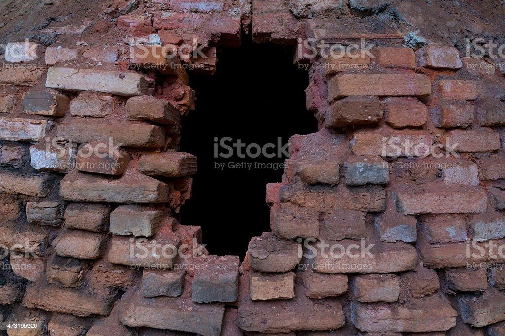Hole in the ashes recouverte de brique cuisinière photo libre de droits