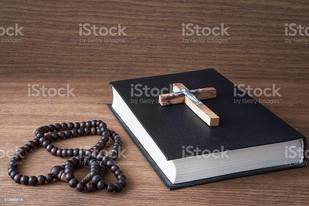 Cruz e a Bíblia sagrada foto de stock royalty-free