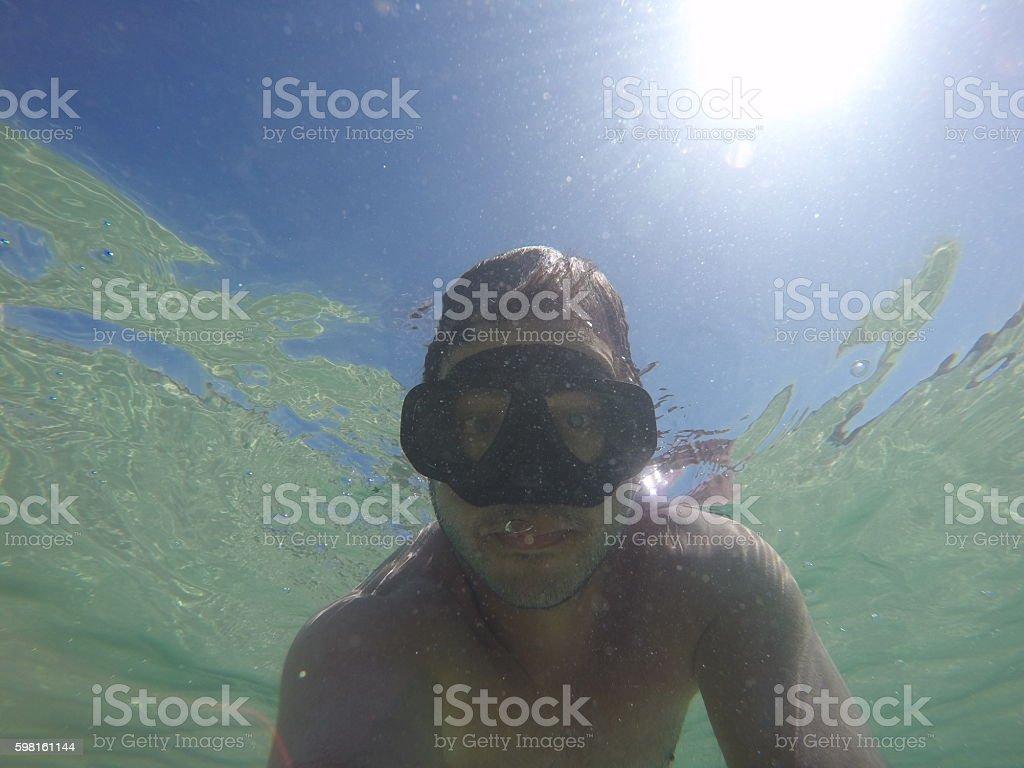 Homem adulto tirando uma selfie no fundo do mar stock photo