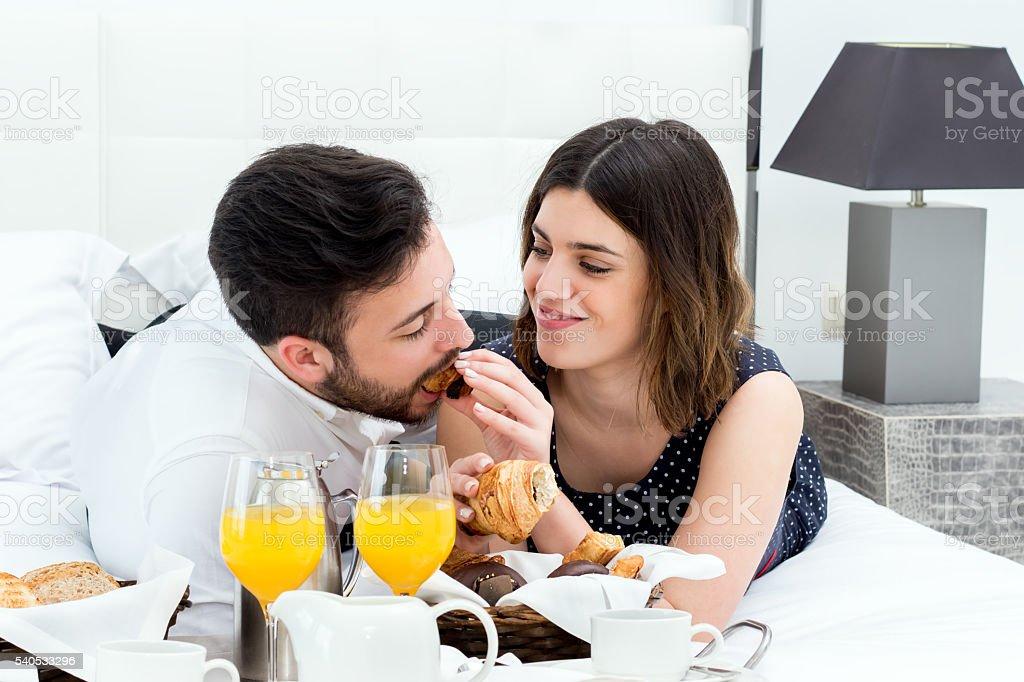 couple en lune de miel Petit déjeuner dans la chambre. photo libre de droits