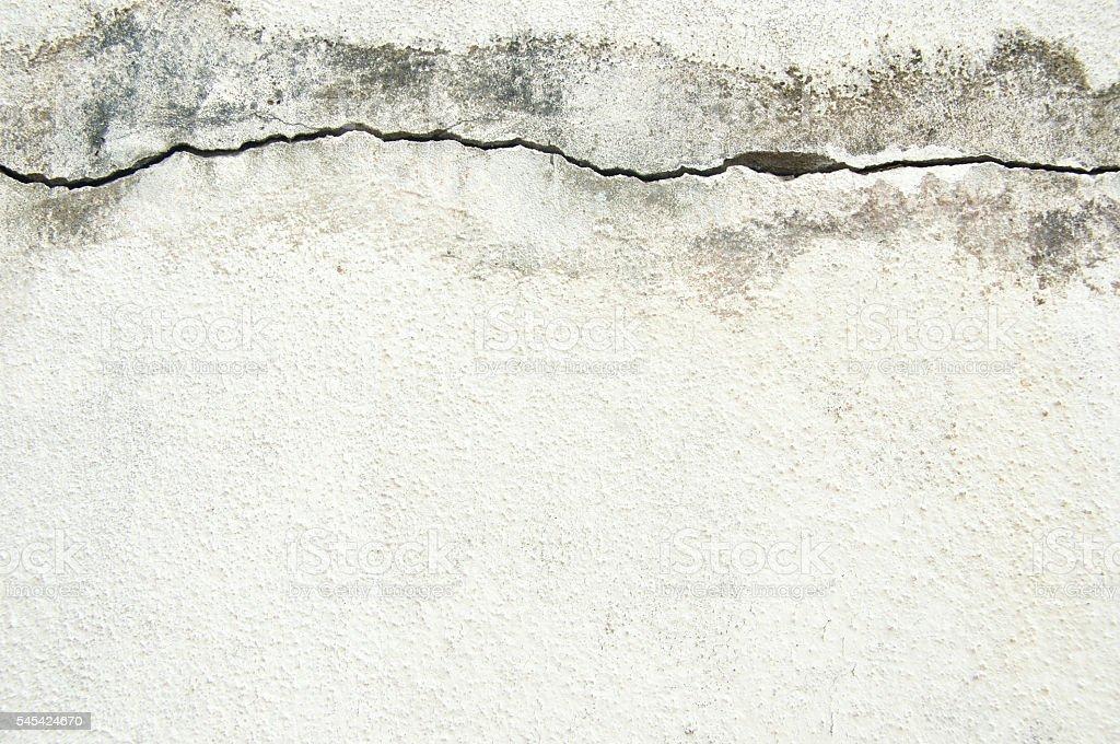 Horizontal crack on a white wall reappearing after repair foto de stock libre de derechos