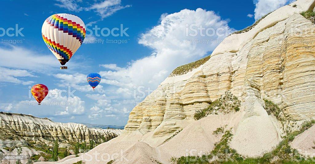 "Hot air balloons voler au-dessus de la vallée à Cappadoce, ""Turquie photo libre de droits"