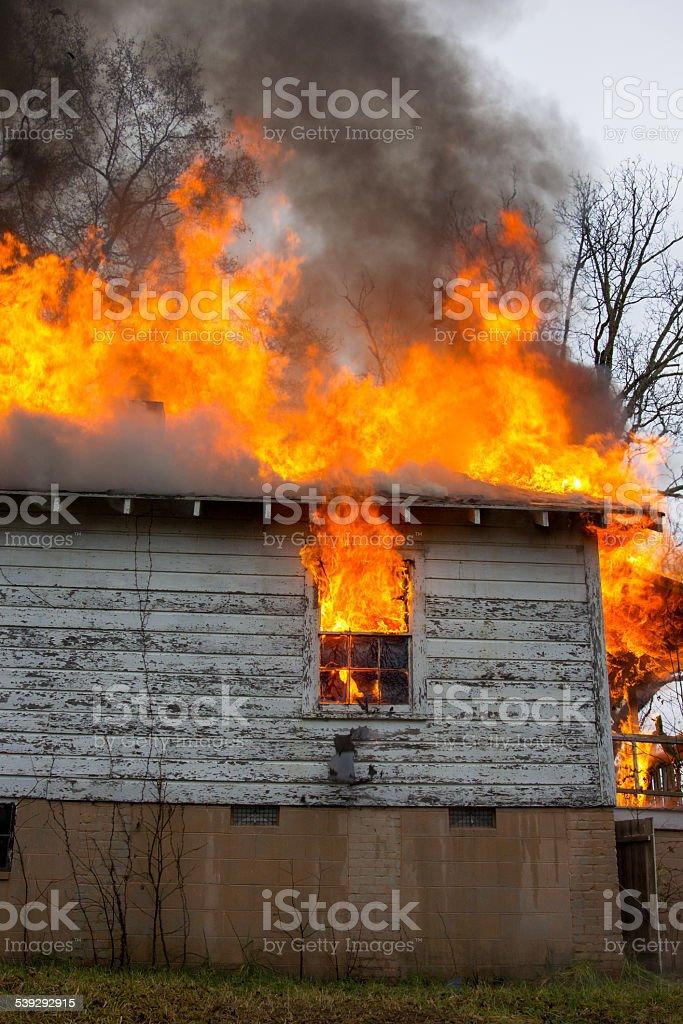 Fuoco fiamme di casa tetto e finestra foto stock royalty-free