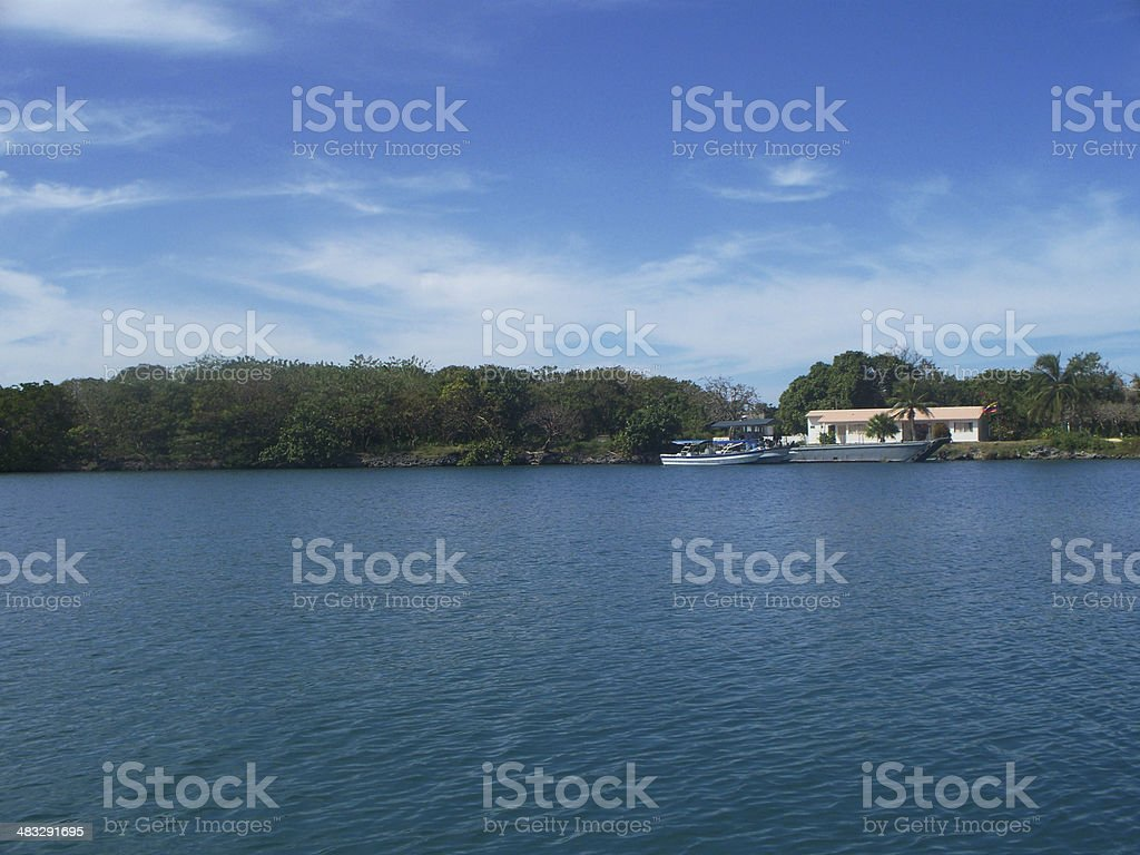 Maison sur la mer photo libre de droits