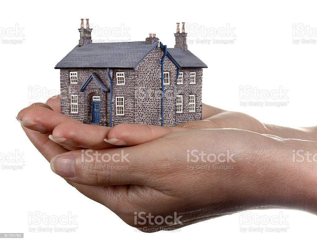 Дом в womans руки Стоковые фото Стоковая фотография
