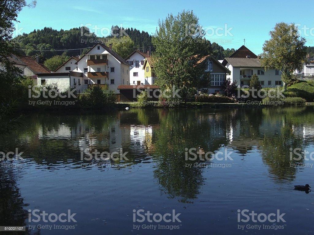Maisons décontracté contre un bassin dans Peiting, en Allemagne photo libre de droits