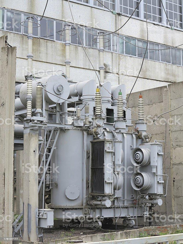 Enorme industrial Subestação de alta tensão potência transformador em rai foto de stock royalty-free